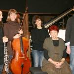 """Elle a été prise en février, au Studio Ferber où Anne a enregistré son CD. De gauche à droite, la """"triade"""" : Chloé Hammond, Isabelle Vuarnesson, Nathalie Miravette, et Jérôme Charles (arrangeur). Et Anne au centre, bien sûr !"""