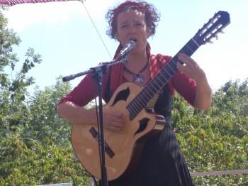 Flavia sur la scène ardéchoise de Pourchères, ce dimanche (photo MK)