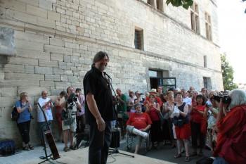 Devant le château de Barjac, Jofroi, hôte et programmateur des Chansons de parole (photo DR)