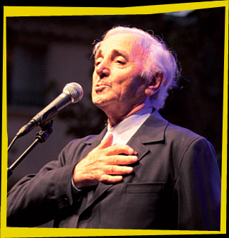 Sur le programme officiel, la photo d'Aznavour, la main sur le coeur...