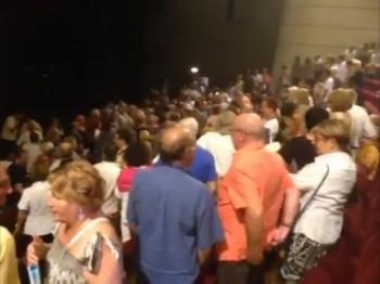 Dans la salle du Théâtre de Narbonne, le public de lève, mécontent, et proteste vivement (photo L'Indépendant)
