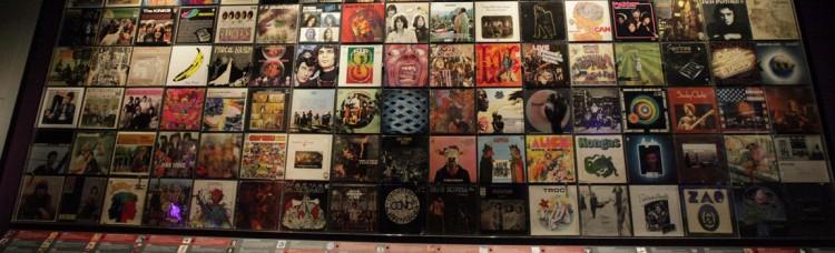 Un mur du Mupop : une pougnée de disques pour signifier la chanson, c'est bien peu (photo Mupop)