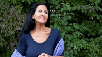 """Natasha Bezriche «Je suis en colère, voyez-vous!» Ce matin, la chanteuse lyonnaise Natasha Bezriche, dont le concert aux Anartistes vient d'être annulé, publiait sur sa page facebook: «Notre spectacle """"Ferré"""" a été annulé ce 5 avril et la salle associative les """"ANARTSITES"""", est menacée de fermeture définitive... C'est vraiment affligeant et surtout inquiétant... Et je reçois des messages nauséabonds de quelques incertains, aigris, extrémistes douteux et de tout poil. Et qui me terrifient, car en plus de toutes ces tristes mésaventures , je lis : """"Une métèque qui chante un anar, on a besoin de ça chez nous...! Rentre chanter chez toi , Natasha Bezriche !"""" Alors ce matin, amis vaillants et vigilants, je suis en colère voyez vous ! Ils arriveraient presque à m'ôter l'envie de chanter. Et me donnent envie de crier !»"""
