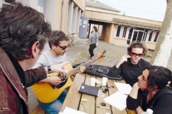 Durant les ateliers, dans l'ancienne école, aujourd'hui siège des Voix du Sud (photo Sud-Ouest)