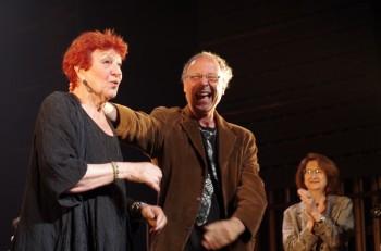 Anne Sylvestre et Xavier Lacouture au terme du spectacle choral amateur sur Anne Sylvestre (photos Christiane Delacourte)