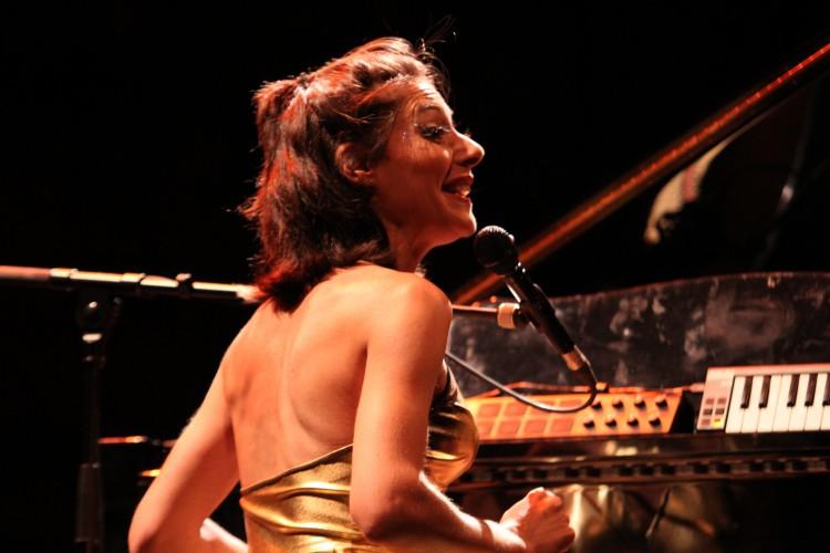 Delphine C en solo sur la scène de Barjac (photo Catherine Cour)