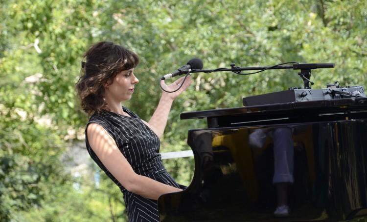 Jeanne Garraud sur la scène de la Chansonnade (photos Marc Buonomo)