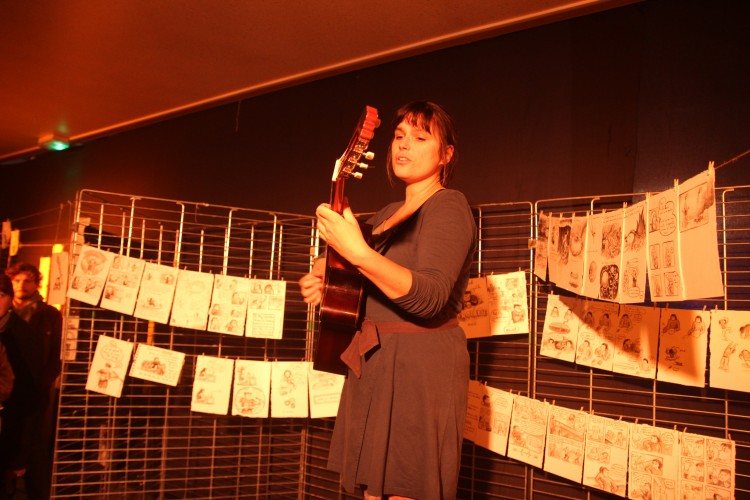 Lili au milieu de son expo (photos Catherine Cour)