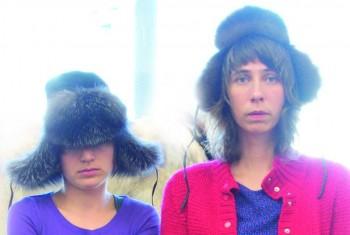 Garoche ta sacoche est le fruit de la rencontre, improbable mais essentielle, de Cynthia Veilleux et Sonia Brochet. Avec seulement deux guitares, quelques accessoires, des harmonies vocales et des textes qui s'éclatent devant l'absurde, Garoche ta sacoche se dévoile sans permanente, sans tapis rouge, sans trompette et sans pyrotechnie. Comme elles font du folk rock métal indie pop trash super underground, elles ont décidé d'appeler ça du folk insolite, pour le délire d'initiés. Mathieu Lippé est poète, chanteur, conteur et compositeur. Il jongle avec les mots tout en mélangeant musique et poésie. Artiste aux multiples facettes, il fait voyager ses mots et ses notes sur les routes du monde. À travers l'imaginaire fertile de Mathieu Lippé, la parole devient récit de voyage, conte de chevalier des rues et poèmes des buildings de forêts. Il explore une poésie slam riche d'évocation, de rythmes et de calembours ingénieux, tout en demeurant sensible et touchant.