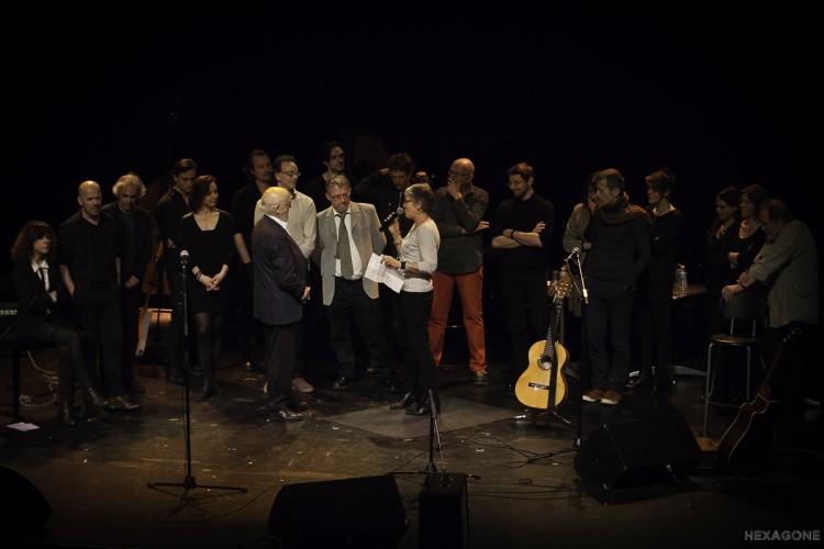 Artistes et rédacteurs de NosEnchanteurs ensemble sur la scène
