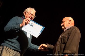 """Alain Fantapié, président de l'Académie Charles-CRos, remet un """"Coup de coeur"""" à Jo Masure, ancien directeur du festival Alors Chante !"""