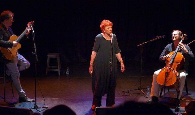 Presque Oui et Anne Sylvestre sur le scène de (photo Sylvaine Parcot)
