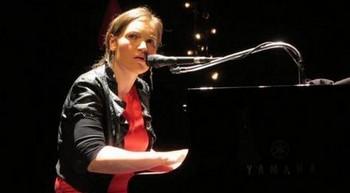 """En ce programme déjà copieux, la MJC de Venelles a rajouté une première partie alléchante, Liz Van Deuq, récente lauréate du Prix Moustaki. Prestation un peu courte pour appréhender toute sa personnalité, qui évolue vers des prestations humoristiques et pince-sans-rire parallèlement à un univers tendre et poétique, comme Chanson qui parle ou Des rides. Assise en amazone à son piano à queue qu'elle maltraite avec une folle énergie, classico jazz, elle chante en regardant son public, ne jetant que rarement un coup d'œil à son clavier. Les sons des mots rebondissent en des métaphores filées qui nous glissent entre les oreilles. Elle se défend de nous chanter une chanson d'amour en la flinguant directement dès la deuxième chanson : """"Moi je vais lui en faire voir de toutes les couleurs à l'amour / Moi je vais aller lui faire sa fête, à l'amour. """" La voix passe de la chanson douce à des variations de tessiture qui m'ont fait parfois penser à la jeune Dyne ici chroniquée récemment. Liz place toujours de nouvelles chansons dans ses concerts, testant sans cesse funk, rock…Elle ne s'endort pas sur ses lauriers ! A suivre sur un vrai concert et un prochain album (elle a ce qu'il faut !)"""