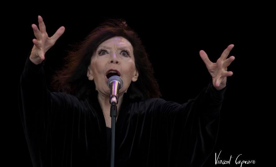 Juliette Gréco sur la scène de l'Huma (photo Vincent Capraro)