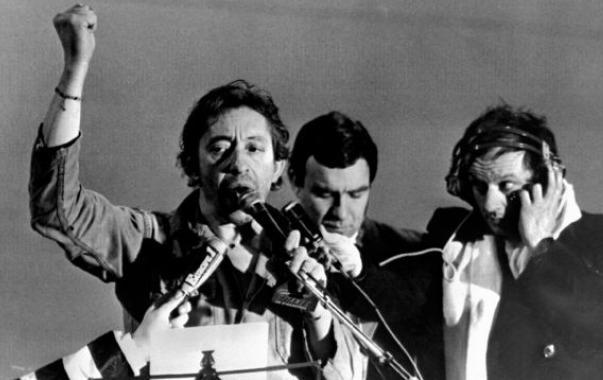"""""""Aux armes et caetera"""": Serge Gainsbourg seul sur la scène à Strasbourg le 4 janvier 1980 et entonne a capella, le poing levé, la Marseillaise. (c) DR"""