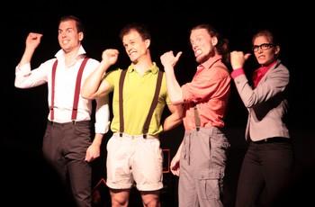 """AKROPERCU : SORTIR LES SONS ! Un autre spectacle vu ce même jour, à 16h20 à l'Espace Roseau : Akropercu… Étiqueté """"Théâtre musical"""" mais on devrait pouvoir dire : """"humour musical"""" : c'est un show de quatre comédiens-musiciens-danseurs-acrobates belges complètement chtarbés, qui manient l'absurde, le non-sens et qui savent sortir des sons de tout ce qui tombe entre leurs mains. C'est festif, bourré de gags visuels, rythmé ô combien ! Il faut vraiment aller les voir : le spectacle est inracontable sur un """"papier"""", même virtuel !"""