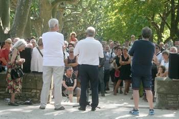 17 h , samedi 3 juillet 2016, place Charles Guynet à Barjac. Le festival s'ouvre qui d'emblé s'inscrit dans la tradition, inscrit ses pas dans ce qui est déjà tracé. A la notable différence que la modestie prédomine. Que c'est le président du festival, Jean-Michel Bovy, qui ouvre les festivités et convie son nouveau directeur artistique, Jean-Claude Barens, à dire deux mots, guère plus pour cet homme de l'ombre, plus habitué des coulisses que de la pleine lumière. C'est le bouillonnant et truculent maire, Edouard Chaulet, qui, par des mots pesés, calculés, égratignera un peu ce qui a précédé. «L'an passé, ici même, nous fêtions la 20e édition du festival de Barjac; étrangement, nous en fêtons la 22e cette année», inscrivant de nouveau ce festival dans la logique et la politique de la collectivité qu'il dirige. Modestie encore. La soieré au château débute par l'arrivée en scèbne des responsables de l'association Chant libre, du régisseur en chef et du directeuir de la progeammtion, seul et unique fois de tout le festoval où nous les verrons sur scène. C'est dit, c'est acté. Grande économie de mots pour dire le changement, une prgrammation plus ouverte, un nouveau projert artistique. Barjac 22e édition vient de débuter, sans le moindre accroc, dans la confiance et une légèreté dans l'air entre toutes agréable.