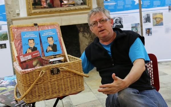 Michel Kemper, l'auteur, et son stand portatif à Barjac (photo Pierre Bureau)