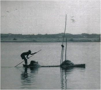 dos du CD, photo signée Olivier Beytout. «Sur la photo, un énergumène lance dans l'eau sa rame, sa pagaie, son bout de bois; et on l'imagine qui chante en rythme un vieux machin séculaire. Ce faisant il domestique le fleuve.» (J.Bertin)