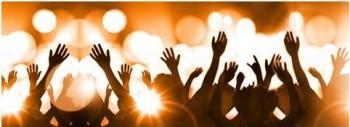 Ce soir nous faisons une incursion dans le Off du Festival de la chanson française du Pays d'Aix aux femmes dédiées. Il s'agit d'une des principales manifestations, avec les Festives de Marseille, de l'association Éclosion 13 qui promeut les projets professionnels des femmes artistes et techniciennes du spectacle vivant de la Région PACA, pour lutter contre les inégalités entre femmes et hommes dans ce secteur, avec des ateliers, des conférences, un soutien personnalisé tant en production qu'en communication. Le site de l'association, c'est ici : http://www.eclosion13.fr/
