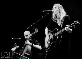 LIKESBERRY, EN PREMIERE PARTIE Bonne surprise qu'Elise Reslinger, dite Likesberry, « l'enfant sauvage, l'enfant pas sage » qui contribua il n'y a pas si longtemps au Festival comme bénévole, l'antithèse de Bob en première partie. Sa présence sur scène, en petite robe noire et jouant de sa guitare, accompagnée du violoncelliste Mathyas Vj, et de nouvelles chansons transforment la pop trop sucrée entendue sur son 4 titres en un exercice de charme et de fraîcheur acidulée. La voix a de belles inflexions, elle me fait penser à Eskelina si récompensée au Prix Moustaki. Des chansons d'amour aux textes  simples qui font danser et applaudir en rythme le public. Reste à donner un peu plus d'originalité aux textes, tel ce On a mangé le soleil plein d'entrain « J'ai croqué la vie /Avalé les pépins, dévoré l'amour / Mais j'ai encore faim » pour qu'on ait vraiment envie d'aimer cette baie sauvage.