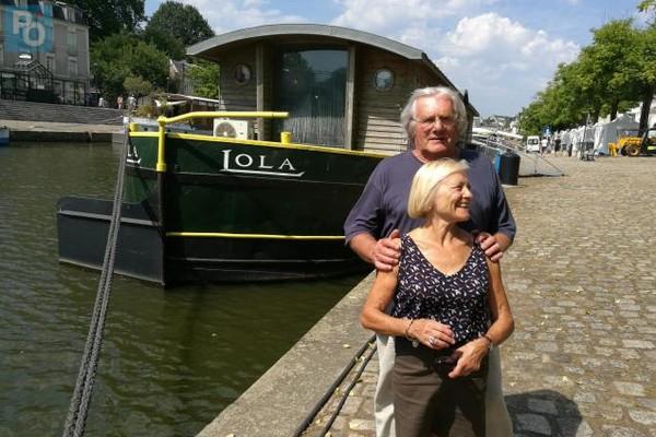 Hélène et Jean-François Salmon devant leur péniche (photo DR)