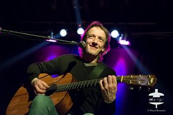 ERWAN#ERWAN, SUITE AU PROCHAIN EPISODE Erwan Le Berre, de son vrai nom, est un liégeois d'origine bretonne (comme son patronyme le laisse deviner). Leader du groupe Atomic de Luxe, qui eut son début de gloire – un album en 2009, des prix en pagaille, de nombreux concerts dans la francophonie - mais dut se dissoudre suite à des circonstances malheureuses, il s'est lancé dans une carrière en solo, qui n'en est encore qu'aux balbutiements. Non au niveau de l'écriture des chansons (le répertoire interprété ce samedi – mix de chansons de son ancien groupe de titres inédits – est bien au point et de belle qualité, où l'humour côtoie la tendresse dans des tranches de vie joliment troussées), mais bien au niveau professionnel : tout reste encore flou (un disque en préparation produit par une pointure dont le nom est gardé secret, des collaborations prestigieuses à venir…), jusqu'à son nom de scène qu'il n'est pas certain de conserver. Nous attendrons donc pour vous en parler plus en détail. Soyez toutefois assurés que NosEnchanteurs gardent un œil et une oreille bien ouverts sur cet artiste aussi prometteur que déjà confirmé.