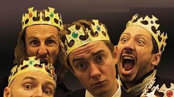 """LES ROIS DE LA SUÈDE ? Après avoir quitté les Fatals Picards et tenté une carrière solo sous le nom """"Ivan avec un i"""", Ivan Callot crée avec un certain Monsieur Poulpe, qui a les tentacules longues, ces fameux Rois de la Suède, client assidus chez Ikéa. Qui se prétendent des « ambassadeurs musicaux du savoir-vivre suédois » et aiment à se situer « à mi-chemin entre les Beatles -formation actuelle- et une fanfare municipale sous LSD ». Poulpe ne restera que trois ans dans ce duo devenu vite quatuor puis trio, actuellement composé d'Ivan Callot, Emmanuel Urbanet (des Joyeux Urbains), Marc Limballe, groupe reconstitué depuis quelques mois après s'être mis trois ans sur pause. MK"""