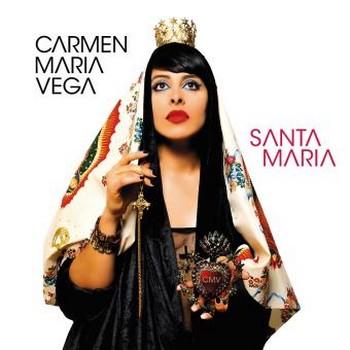 «SANTA MARIA»: LE SENS DE LA VIE Qui suis-je, quelles sont mes racines, quel sens à tout cela? Voici l'état d'esprit de notre Carmen qui, toute voile gonflée, se prend pour la Santa-Maria de Christophe Collomb, prête à accoster sur une terre pas si nouvelle pour notre native du Guatemala. Notamment en ces Amériques latrines où passion et reproches se cognent. Résolue la Vega: «Je ne serai pas cette femme qui lâchera ses rêves à la première rafale». Quitte à jouer sur tous les tableaux, elle se prend aussi pour Sainte Marie, avec zèle, avec prosélytisme, témoins tant la pochette que le décors de scène.  Après s'être mise au service de Boris Vian, après avoir incarné Mistinguett, après avoir fait trio de garçonnes avec Cléa Vincent et Zaza Fournier (la chanson française des années 50 à 70 revisitée, en tournée à la rentrée prochaine), celle qui jadis nous mentait est en quête d'elle-même. C'est son Graal qu'elle cherche, son ADN. Elle qui n'a eu longtemps pour unique parolier que Max Lavégie, c'est une flopée d'autres hommes et femmes de paroles qui sont cette fois à son service: Belle du Berry, Baptiste W Hamon, Mathias Malzieu et Zaza Fournier. Et l'ami lyonnais Matthieu Côte que, fidèle, elle ressuscite chaque fois qu'elle peut, ici pour deux titres. On peut n'être que moyennement séduit par cet album, ce nouveau répertoire, l'expression de cette quête, n'empêche que la voix maîtrisée de Carmen Maria Vega brise nos résistances et nous force à refaire avec elle la traversée - je n'ose dire le pèlerinage -, que ce soit en Nina, en Pinta ou en Santa-Maria. Elle est convaincante. MICHEL KEMPER Carmen Maria Vega, Santa Maria, At(h)ome/Wagram 2017. Le site de Carmen Maria Vega, c'est ici; ce que NosEnchanteurs a déjà dit d'elle, c'est là.