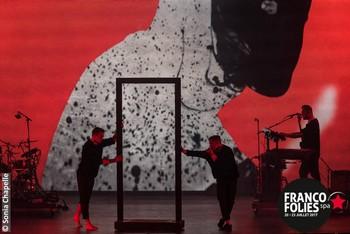 MAIS ENCORE… En ce 22 juillet, un autre artiste belge était mis en vedette. Chouchou du public depuis sa participation à The Voice Belgique, puis à l'Eurovision, et enfin à l'émission de TF1 Danse avec les stars, Loïc Nottet s'est vu bombarder directement tête d'affiche sur la grande scène. Reconnaissons-lui le haut fait d'avoir quasi rempli la place (qui peut accueillir jusqu'à 10.000 personnes), avec seulement un disque à son actif ! Soutenu par un producteur qui croit en lui, il a pu bénéficier de moyens importants (un immense plateau nu avec un écran géant pour accueillir des projections, un light-show puissant digne des plus grands…) et a pu aller au bout de son rêve en nous offrant un spectacle tenant à la fois du tour de chant et de la danse contemporaine. C'était assurément impressionnant, mais cliniquement froid et dénué d'émotion. Ambitieux à tous les coups. Et prétentieux ? Chacun jugera.