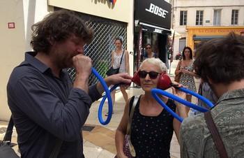 Revu hier aussi à mi-parcours de la course de fond en Avignon, le très poétique spectacle de Clément Bertrand. Il aime le verbe mais surtout le verbe aimer. Son moteur marche à l'essence des mots, les sens interdits. XAVIER LACOUTURE