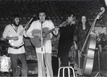 SO LONG, DIDIER ! Il avait 18 ans, moi 10 de plus. A Troyes, avec son copain Michel Bellebouche, il tricotait des pickings sur une lourde guitare Framus. Tous deux m'ont ouvert au folk-song version Pete Seeger, Woody Guthry et surtout Peter, Paul & Mary. Pour les besoins d'un disque de Raymond Fau, nous avons fait nos premières armes.  Puis ce furent les prestations dans les MJC, en plein air ou dans les caves : le bonheur de jouer partout où traînait une oreille. Didier intégra notre groupe Crëche en 1974, au départ de Jean Humenry.  Avec toujours cette envie de se faire les ongles sur chaque instrument à 4, 5 ou 6 cordes... sans oublier un accordéon folklorique et diatonique.  Puis il mit des mots sur ses musiques : des textes décalés, jouissifs, drôles ou émouvants. Et toujours cette amicale complicité entre nous. Jusqu'aux derniers jours. So long, Didier ! GAËTAN DE COURREGES
