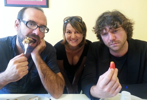 3 euros pour la convivialité et les amuse-gueules ! (ERwan Pinard, Lise Martin et Clément Bertrand - photo Michel Kemper)