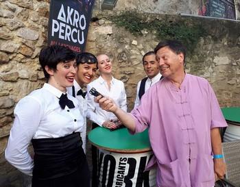 Une interview donnée par les artistes, dans les rues d'Avignon, pour Radio Albatros.