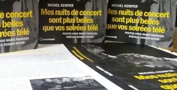 COMPLETEMENT A L'OUEST !  Kemper, la ville et le Michel, sont bien complètement à l'Ouest ! La ville géographiquement parlant et le Michel en tant que chroniqueur de chanson, tellement ses écrits diffèrent d'une écriture trop rigide, trop propre, trop lisse. Après « Si Sarkozy m'était chanté », voilà « Mes nuits de concert sont plus belles que vos soirées télés ». Des spectacles auxquels Michel a assisté au fil des ans. Les artistes méconnus ou connus d'un public plus large sont à l'affiche, avec de la diversité et sans aucune hiérarchie. Cela reste fidèle à NosEnchanteurs. Les artistes foisonnent… jamais dans l'adulation ou le coup de flingue, tout est nuancé… le bougre était bien présent dans les salles ou dans les festivals. Je pourrais écrire qu'aucun détail ne lui échappe… il n'en est rien puisqu'il évoque « l'artiste » et le côté matériel sert de support. Il y a de la verve, de la passion, pour tenter de nous faire vivre ces soirées magiques. Chacun de nous pourra retrouver des artistes que nous aimons. Mais j'avoue qu'il est intéressant de découvrir et une chronique réussie incite à cela ! Tout est écrit dans la bonne humeur, c'est parfois lyrique et un tantinet excessif… Mais, n'est-ce pas pour provoquer le débat ? Allons, allons, c'est bien et ça crée de l'ambiance quand le respect demeure de part et d'autre !  Un petit reproche concernant la chronique sur mon ami André Bonhomme : « André Bonhomme est un vieux monsieur, un troubadour qui tranche avec l'âge de ses musiciens » écrit Michel… Certes Michel mais, dans l'âme, notre ami Dédé et non Monsieur Bonhomme est jeune à en faire frémir tout une horde de jeunes vieux traditionnalistes, dans l'esprit. Je suis assez d'accord avec le reste de la chronique. Je n'ai pas tout à fait fini le livre, il occupe mes instants de pause postale. Globalement (comme dirait mon ancien chef), le lis avec plaisir car un livre, mine de rien, c'est plus facile agréable à suivre qu'un site sur internet. Mais, que c'est dur de fa
