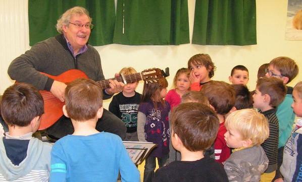 Bernard Pithon dans une école, à Saint-Christophe-sur-Roc (photo DR)