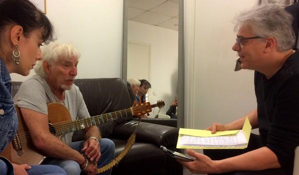 Hugues Aufray, dans sa loge, interviewé par Vincent Capraro (DR)