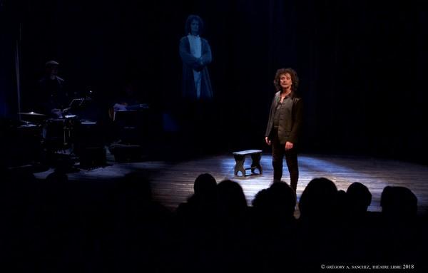 Daraquy en Villon, sur la scène-geôle du Théâtre LIvre (photos Grégory A. Sanchez)