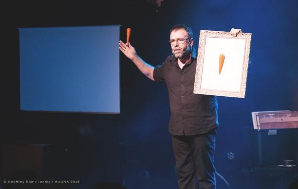 Le camelot et artiste Wally au Pax (photos Geoffrey Saint-Joanis/AUUNA)
