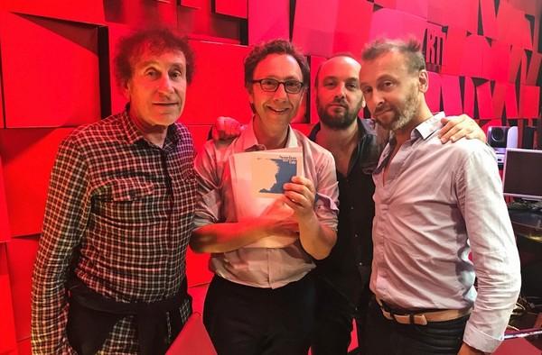 Souchon père et fils (Alain, Ours et Pierre) avec Stéphane Bern (photo RTL)