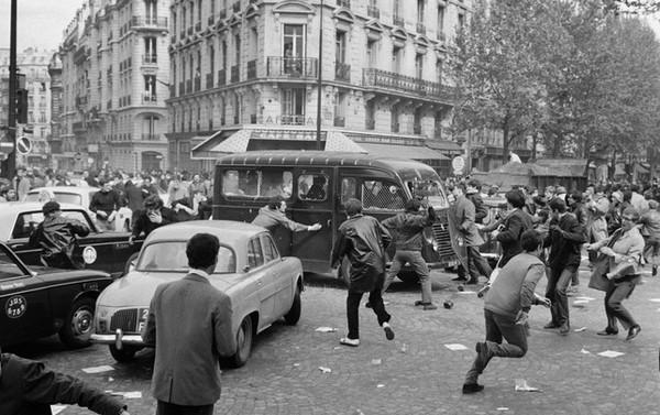 7793145439_des-manifestants-s-en-prennent-a-un-vehicule-de-police-boulevard-saint-germain-a-paris-le-2-mai-1968