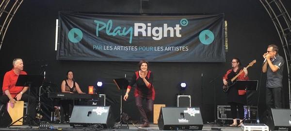Geneviève Laloy sur le scène des Francofolies (photo Florence Laloy)