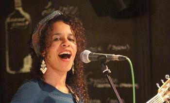 ET AUSSI Jeune artiste issue d'un concours et sans encore aucun disque à son actif, Shelby Ouattara (photo ci-dessus, DR) nous a totalement séduit par sa voix et son chant, d'une maturité impressionnante. Elle n'a encore qu'un court répertoire mais mutilingue (portugais, espagnol, anglais et français), métissé à son image, auquel elle ajoute deux reprises (un titre d'Amy Winehouse et le célèbre Saudade de Césoria Evora). Les ambiances sont brésiliennes essentiellement et mériteraient d'être un peu musclées pour sortir de leur torpeur tropicale. Encore du pain sur la planche, bien sûr, mais une artiste que l'on prendra plaisir à suivre de près.   Venue de France, Léa Paci nous a offert un set d'électro-pop rafraîchissant sans être bouleversant d'originalité, l'ombre tutélaire de Zazie se faisant fort ressentir. Son tube Pour aller où ? aura permis au public venu l'applaudir chaleureusement de chanter en chœur et ma foi, en cette après-midi ensoleillée, il n'en fallait guère plus pour être heureux.   Prenant la relève sur cette même scène, Delta est un jeune duo bruxellois nageant dans les même eaux de la pop populaire, à mi-chemin entre Kyo et Boulevard des Airs. Les chanteurs ne se la pètent pas et leurs chansons bien agréables à écouter en remuant le popotin ne déméritent pas, loin de là. De futures vedettes ? Ils en ont l'étoffe en tout cas. Reste le plus dur : franchir les frontières belges ! Les paris sont ouverts.