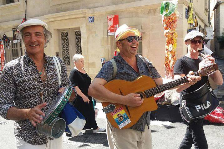 Les Escrocs en parade à  Avignon ©PboxProd