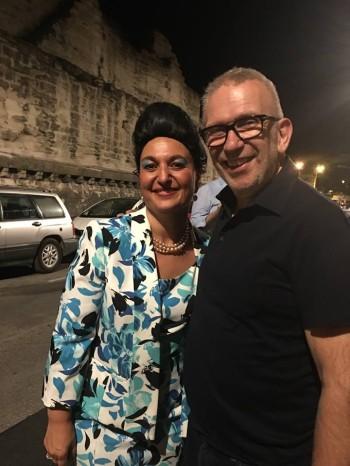 Stef avec un spectateur de marque, Jean-Paul Gaultier, devant l'Arrache -Cœur DR