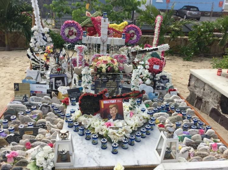 """La tombe du Boss, à Saint-Barthélemy. Notez la présence du livre """"Johnny Hallyday, à la plume et au pinceau"""" de Kemper et Héran, sur la tombe (photo Nicole Noubou-Kemper)"""
