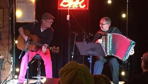 Olivier Trévidy (à gauche à la guitare, photo non créditée tirée de son facebook)