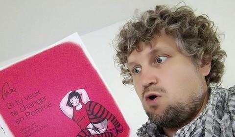 Eric Mie et son nouveau livre (photo non créditée)