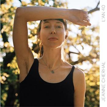 LE CD : L'AN 40 . Écrit, composé et arrangé par l'artiste, L'an 40 est le cinquième  album-studio de Jeanne Cherhal. La chanson-titre qui ouvre le disque aborde frontalement le passage des années, dont elle apprécie en fin de compte les bienfaits : « D'où vient cette lumière au-dessus d'elle / Et ce pas de louve caressante / Elle est un peu cabri, un peu gazelle / Et brûle d'amour du cœur au ventre ». La suite sera du même tonneau intimiste, entre souvenirs d'enfance (Racines d'or), première fois décevante (Le feu aux joues), désir à l'impudeur assumée (Soixante-neuf), douleur de l'enfantement (César)... Il sera aussi question de son caractère fondamentalement provincial (Fausse parisienne) et des tourments somme toute dérisoires des chanceux qui s'ignorent (Fleur de peau). Enfin, L'art d'aimer visite la passion romantique et lyrique, tandis qu'Un adieu, qui clôt l'album, est une sorte de reportage sur les folles obsèques de Jacques Higelin. Enregistré à Los Angeles, avec l'apport des vétérans Jim Keltner et Matt Chamberlain (batteurs ayant accompagné le gratin de la musique anglo-saxonne), de cuivres opulents et d'une chorale gospel pour un titre, L'An 40 est d'une efficacité sans faille, abordant même pour certaines parties de piano les rives de la musique sérielle à la Michaël Nyman. De jolies chansons de sens et de son, bien écrites, bien interprétées, bien réalisées. Hautement recommandable. . Jeanne Cherhal, L'an 40, Barclay/Universal, 2019