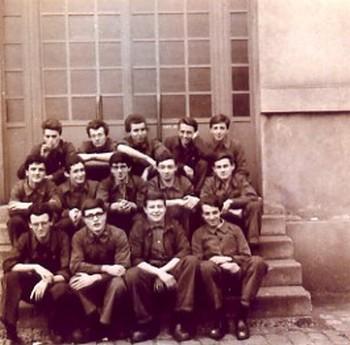 Bernard Oulion (en haut au milieu) parmi ses camarades de classe à l'école de la Manufacture d'Armes.